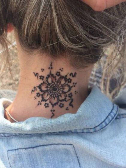 Tatuaje cuello nuca