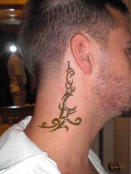 Tatuaje vertical cuello