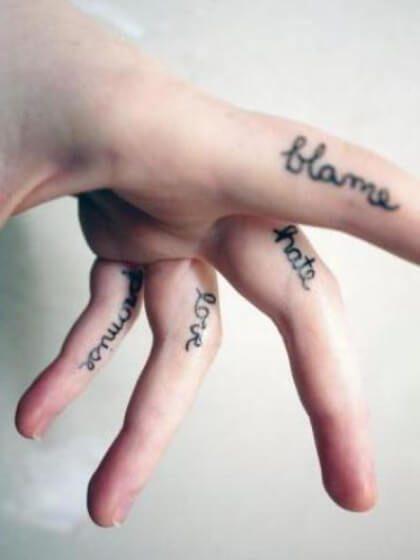 Tatuaje temporal dedos palabras