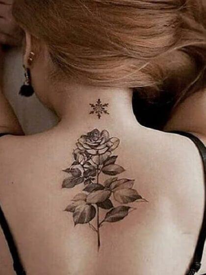 Tatuaje temporal espalda rosa