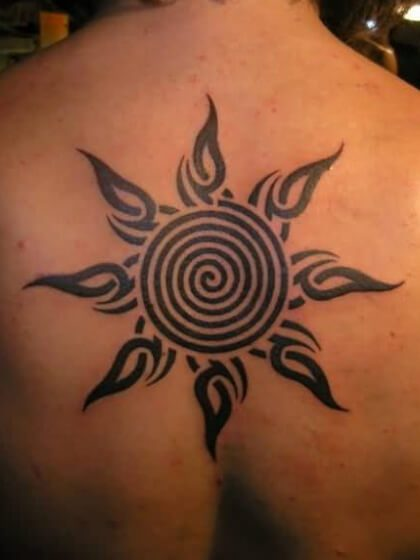Tatuaje temporal espalda sol