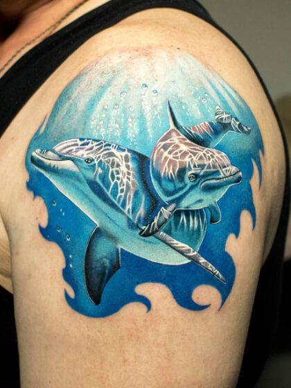 Tatuaje temporal hombro delfines