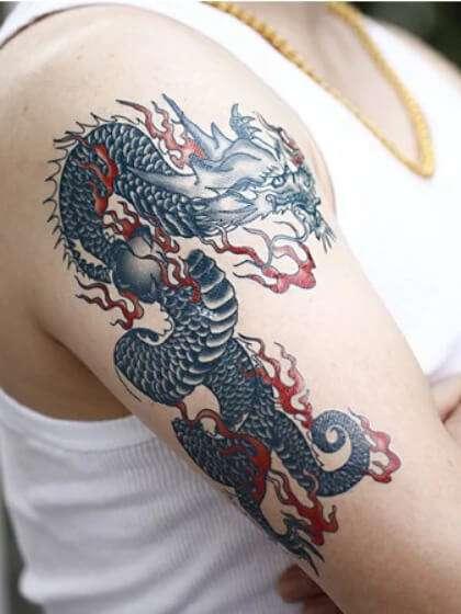 Tatuaje temporal hombro dragón
