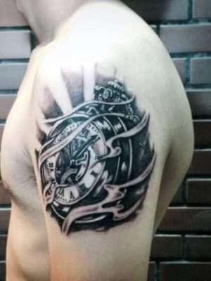 Tatuaje temporal hombro reloj