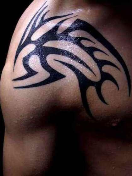 Tatuaje temporal hombro tribal