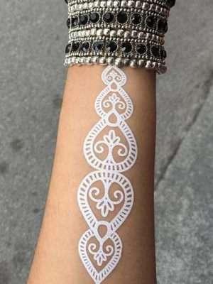 Tatuaje temporal blanco antebrazo