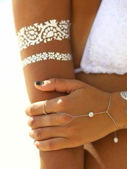 Tatuaje temporal blanco brazo